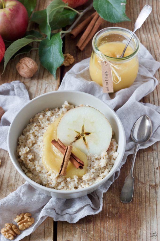 Porridge Rezept mit selbst gemachtem Apfelmus, Walnüssen und Zimt von Sweets & Lifestyle®