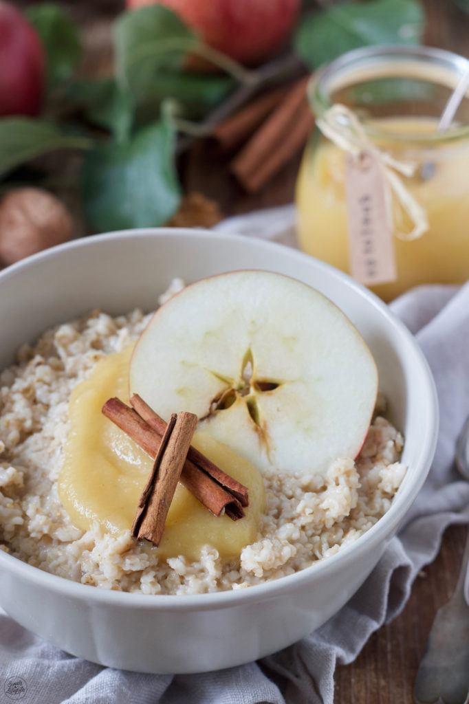 Selbst gemachtes Porridge mit Apfelmus zum Frühstück nach einem Rezept von Sweets & Lifestyle®