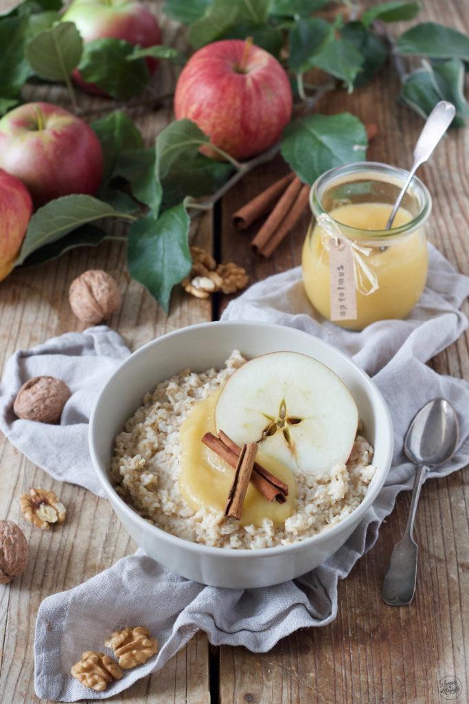 Porridge mit Milch, Apfelmus, Walnüssen und Zimt nach einem Rezept von Sweets & Lifestyle®