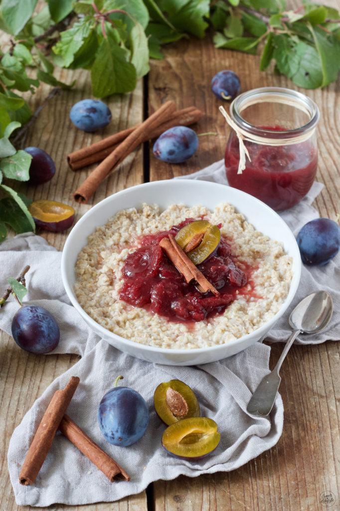 Porridge selber machen mit Milch und verfeinern mit Zwetschkenröster und Zimt wie Sweets & Lifestyle®