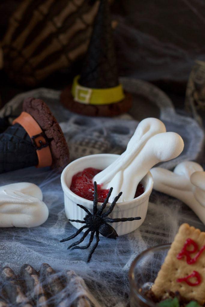 Knusprige Baiserknochen für Halloween nach einem Rezept von Sweets & Lifestyle®