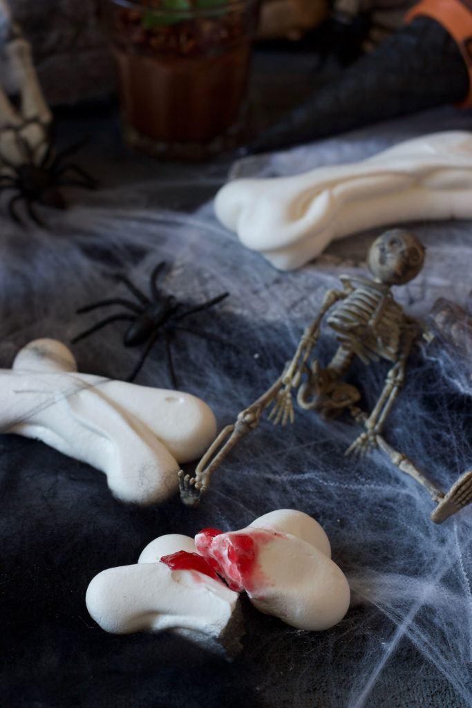 Leckere Baiserknochen als Halloween Fingerfood nach einem Rezept von Sweets & Lifestyle®