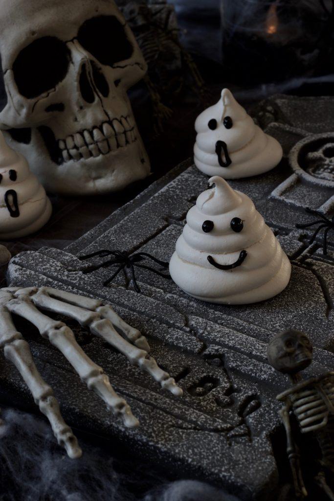Gruselige Geister aus Baiser als Halloween Fingerfood nach einem Rezept von Sweets & Lifestyle®