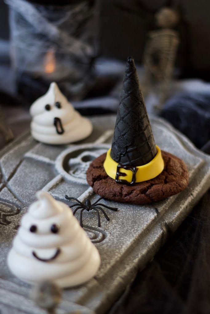 Gruseliger Hexenhut aus einem Cookie und einer Eiswaffel für Halloween nach einem Rezept von Sweets & Lifestyle®