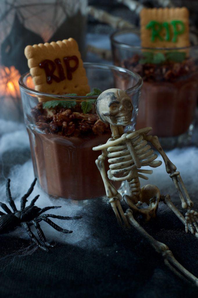Gruseliger Schokopudding als Halloween Dessert im Glas nach einem Rezept von Sweets & Lifestyle®