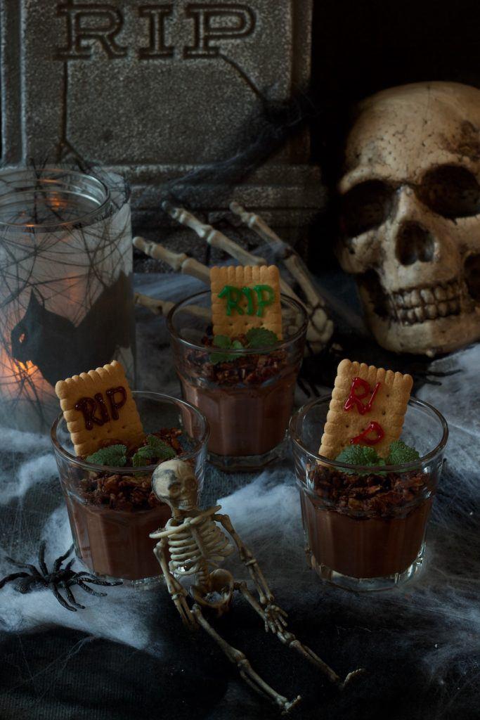 Gruselige Schokopudding als Halloween Dessert im Glas nach einem Rezept von Sweets & Lifestyle®