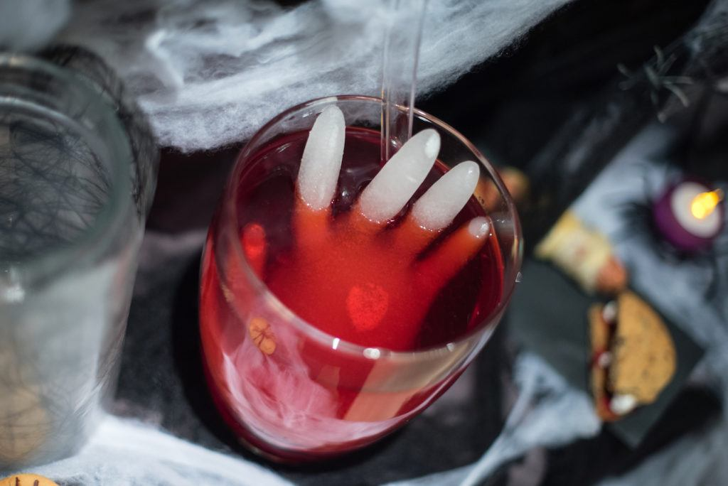 Halloween Kinderbowle mit Eishand beim Halloween Kinder-Backworkshop von Sweets & Lifestyle®