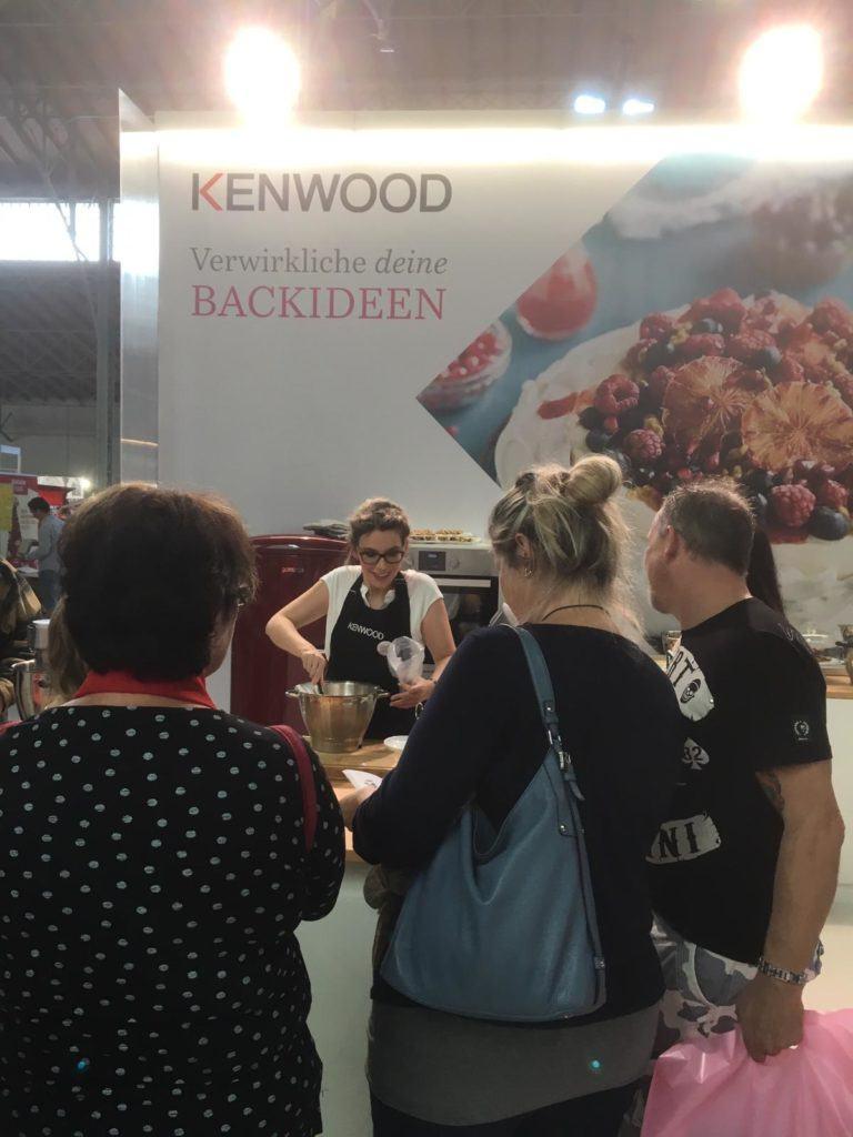 Interessierte BesucherInnen am KENWOOD Stand mit Foodbloggerin Verena Pelikan von Sweets & Lifestyle® auf der Kuchenmesse Wien