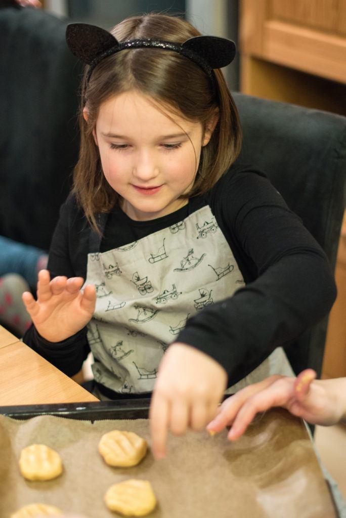 Kind beim Cookies backen für die Halloween Kinderparty beim Halloween Back-Workshop für Kinder von Sweets & Lifestyle®