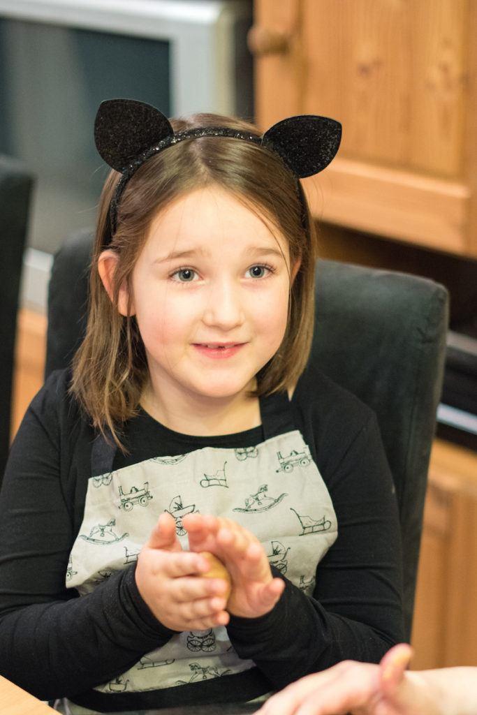 Kind beim Workshop Halloween Rezepte fuer die Kinderparty von Sweets & Lifestyle®