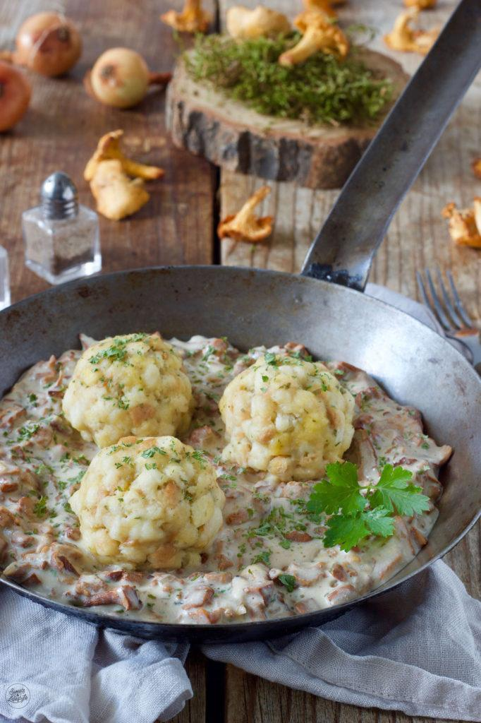 Leckere Eierschwammerlsauce mit selbst gemachten Semmelknödel nach einem Rezept von Sweets & Lifestyle®