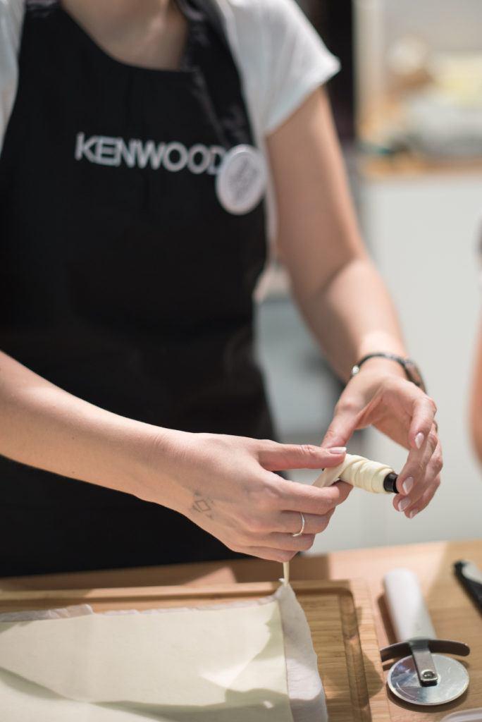 Verena Pelikan von Sweets & Lifestyle® beim Blätterteig Wickeln für Schaumrollen am Kenwood Stand auf der Kuchenmesse Wien