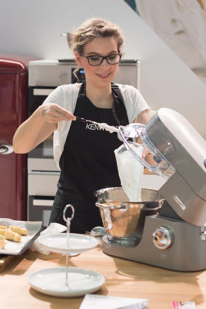 Verena Pelikan von Sweets & Lifestyle® beim Einfüllen der Meringue in den Dressiersack am KENWOOD Stand auf der Kuchenmesse Wien
