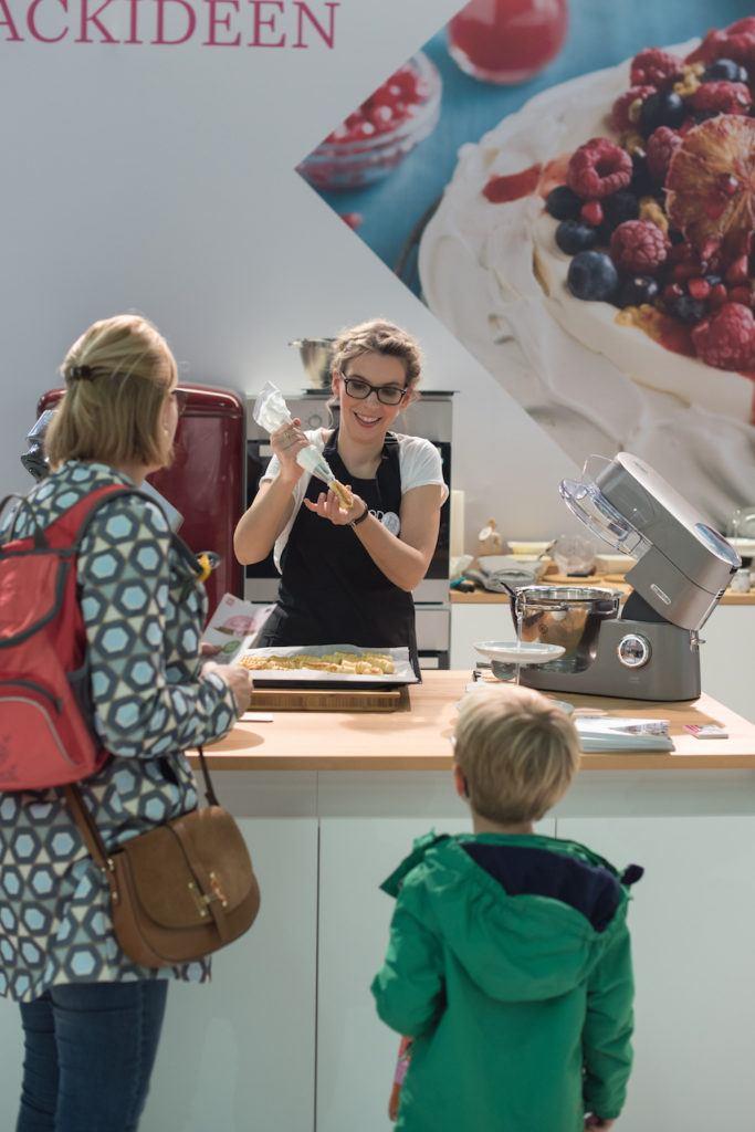 Verena Pelikan von Sweets & Lifestyle® beim Füllen ihrer Schaumrollen am KENWOOD Stand auf der Kuchenmesse Wien