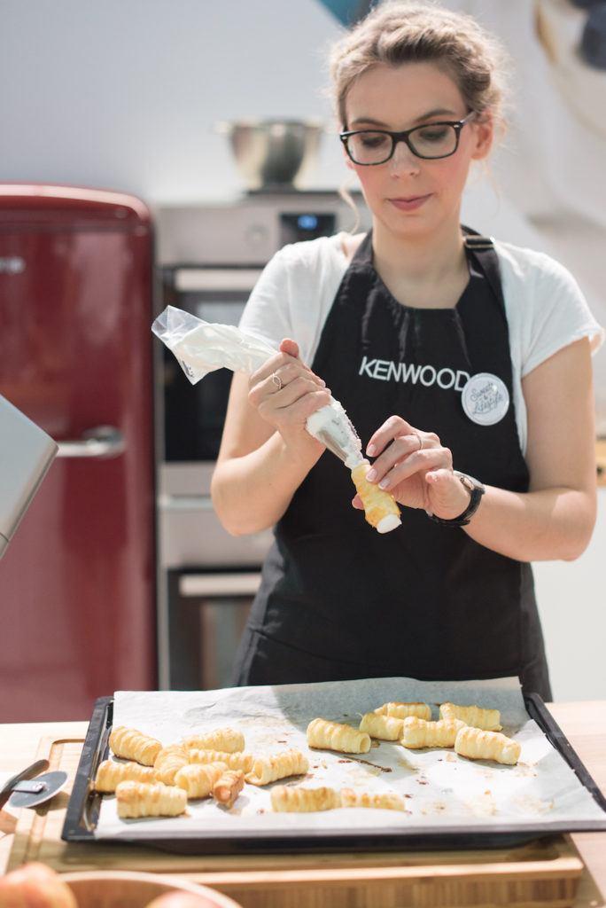 Verena Pelikan von Sweets & Lifestyle® beim Füllen ihrer Schaumrollen mit Meringue am KENWOOD Stand auf der Kuchenmesse Wien