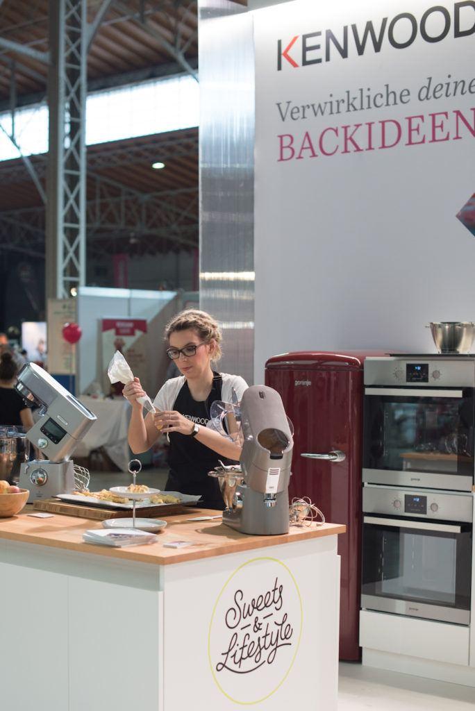Verena Pelikan von Sweets & Lifestyle® beim Schaumrollen machen am KENWOOD Stand auf der Kuchenmesse Wien