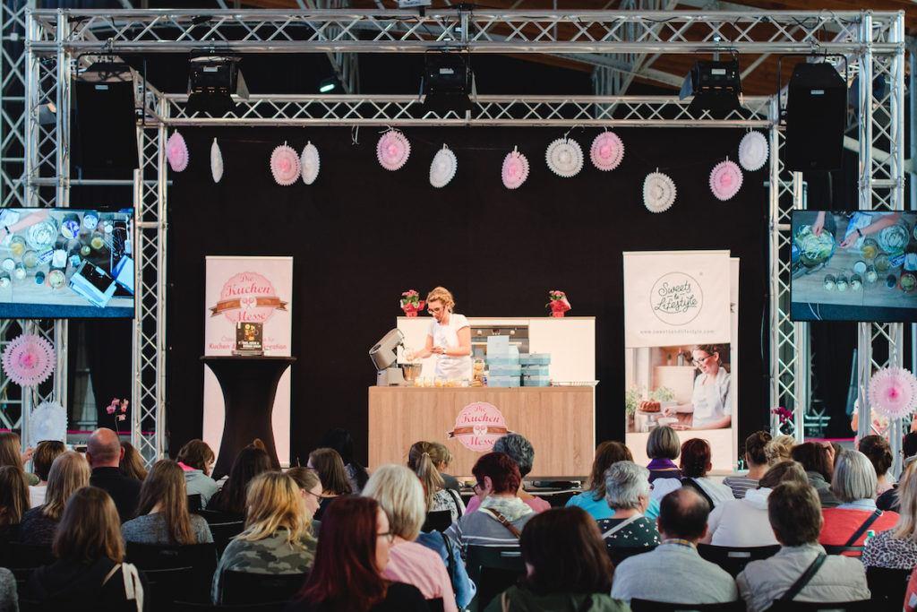 Verena Pelikan von Sweets & Lifestyle® kreierte Desserts im Glas auf der Showbühne der Kuchenmesse Wien