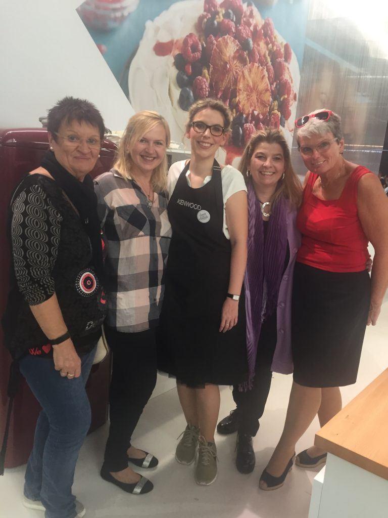 Verena Pelikan von Sweets & Lifestyle® mit Besucherinnen am Kenwood Stand auf der Kuchenmesse Wien