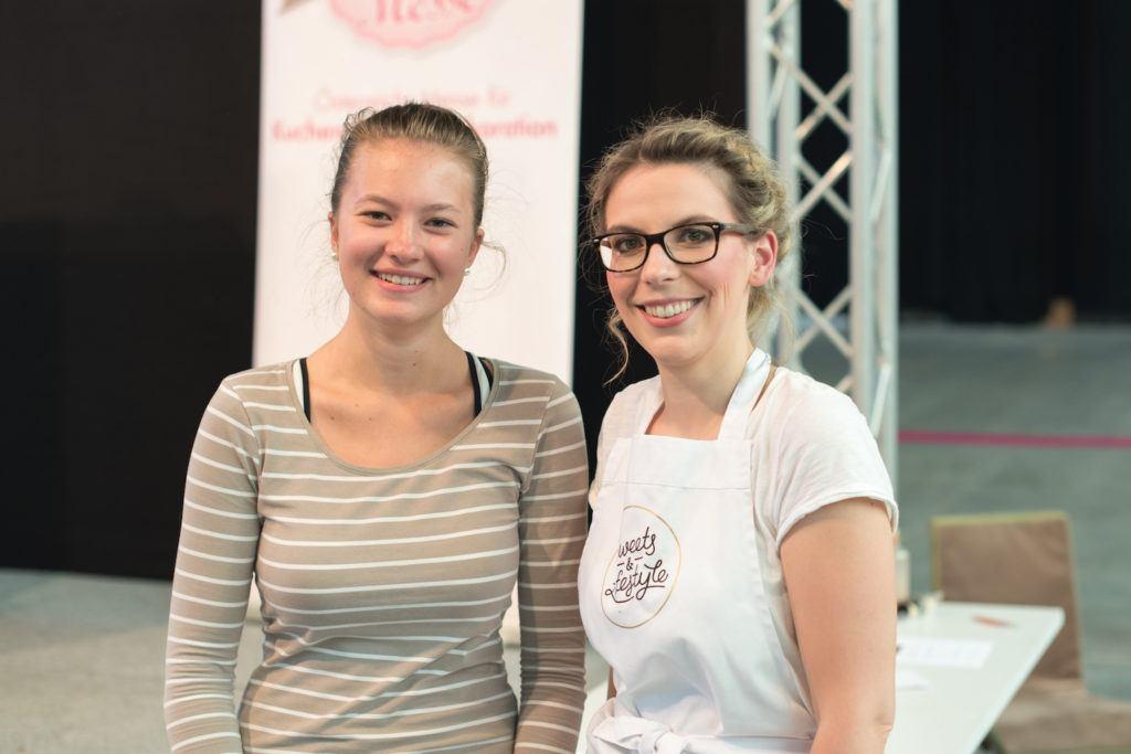 Verena Pelikan von Sweets & Lifestyle® mit einem Fan bei ihrer Buchpräsentation auf der Kuchenmesse Wien