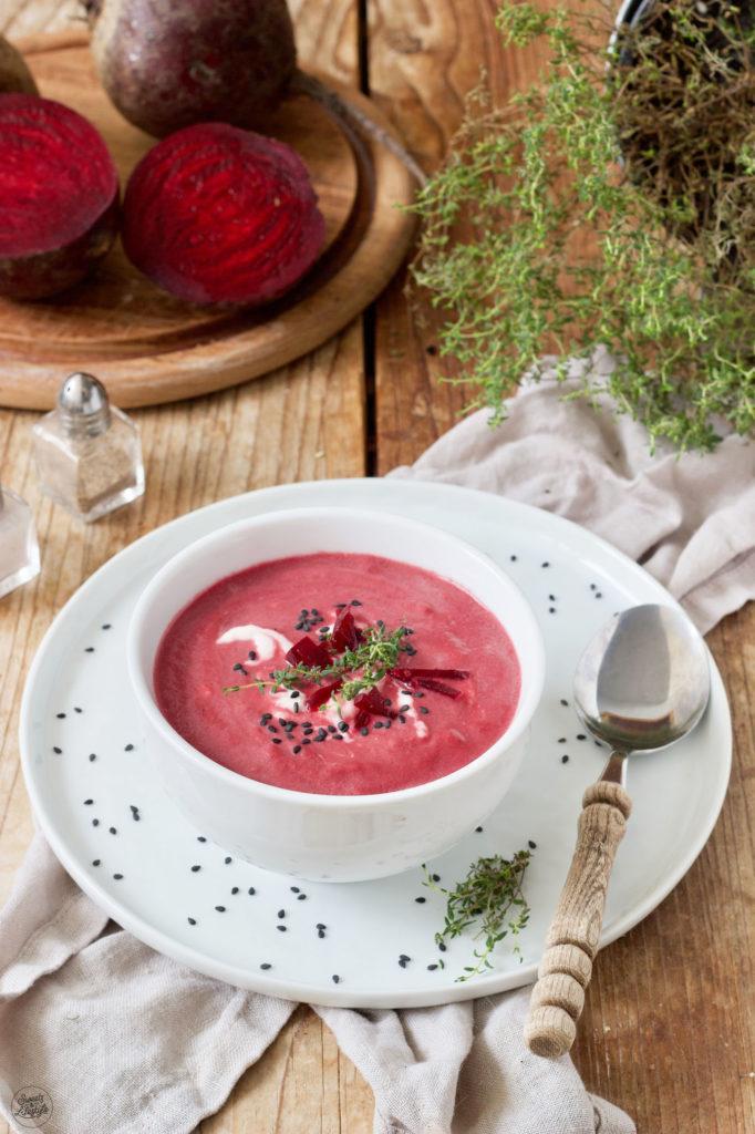 Rote Rüben Suppe mit Kren serviert von Sweets & Lifestyle®
