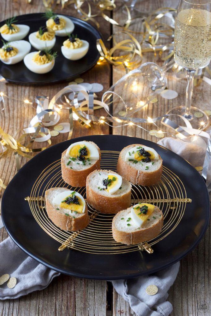 Gefülltes Baguette mit Ei und Kaviar als Fingerfood serviert von Sweets & Lifestyle®