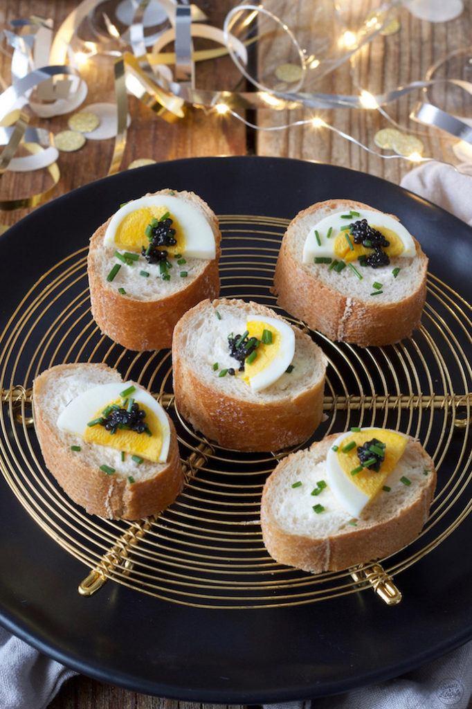 Gefülltes Baguette mit Kaviar als Fingerfood zu Weihnachten serviert von Sweets & Lifestyle®