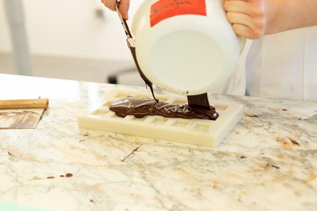 Giessen der eigenen Schokolade in eine Form bei Ritter Sport in Walenbuch