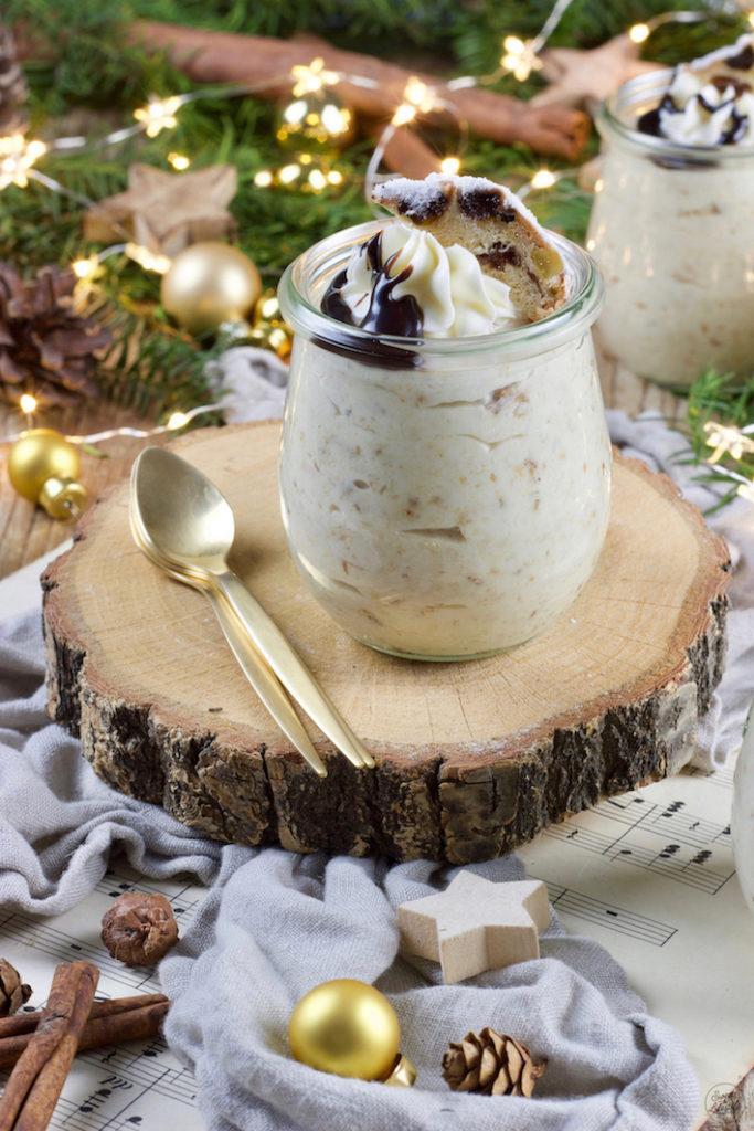 Leckeres Mousse vom Christstollen serviert als Dessert im Glas zu Weihnachten von Sweets & Lifestyle®