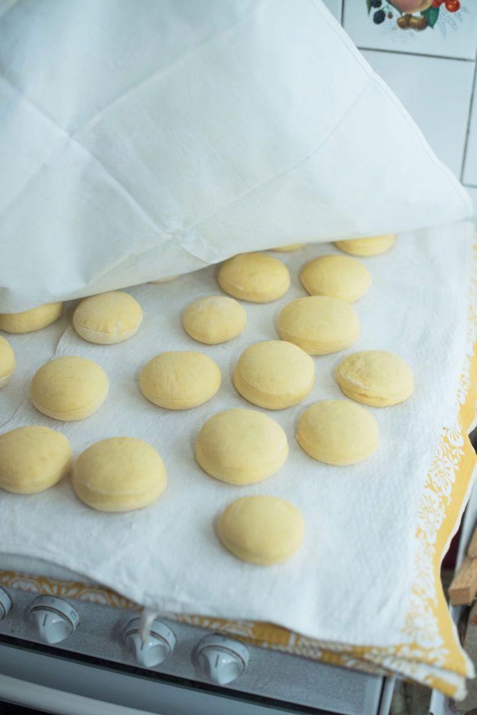 Aufgegangene Krapfen von Sweets & Lifestyle® bevor sie im Fett goldbraun gebacken werden
