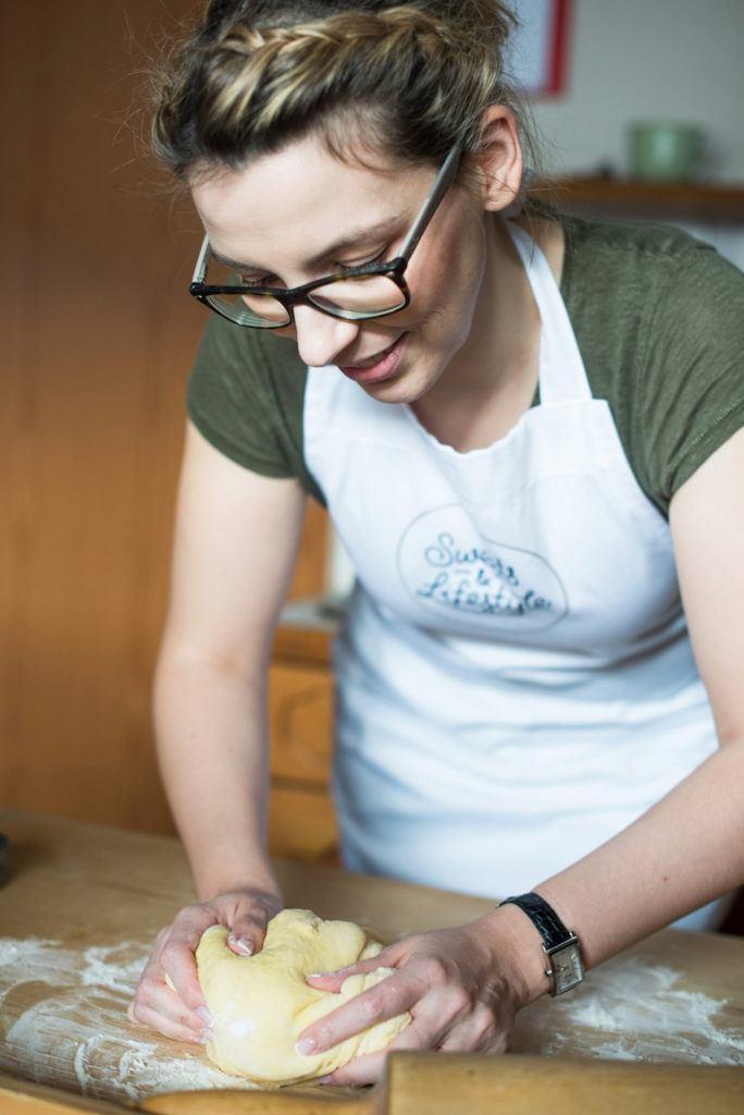 Verena Pelikan von Sweets & Lifestyle® beim Kneten von Germteig für ihre selbst gemachten Faschingskrapfen