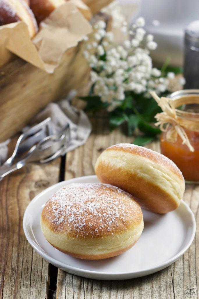 Mit Marmelade gefüllte Krapfen nach einem Rezept von Sweets & Lifestyle®️ dürfen im Fasching nicht fehlen