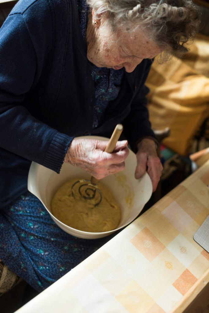 Die Oma von Verena Pelikan von Sweets & Lifestyle® beim Kontrollieren der Konsistenz vom Germteig für die Faschingskrapfen