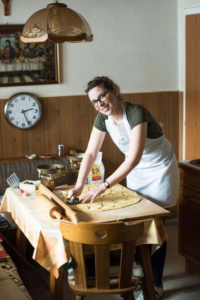 Verena Pelikan von Sweets & Lifestyle® beim Ausstechen von Germteig für ihre selbst gemachten Krapfen