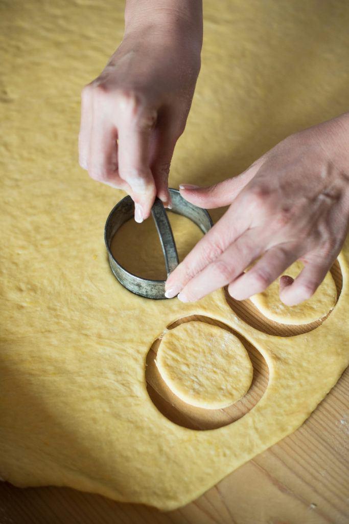 Verena Pelikan von Sweets & Lifestyle® beim Ausstechen von Kreisen für ihre selbst gemachten Faschingskrapfen