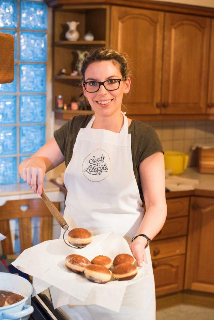 Verena Pelikan von Sweets & Lifestyle® mit ihren fertigen selbst gemachten Krapfen