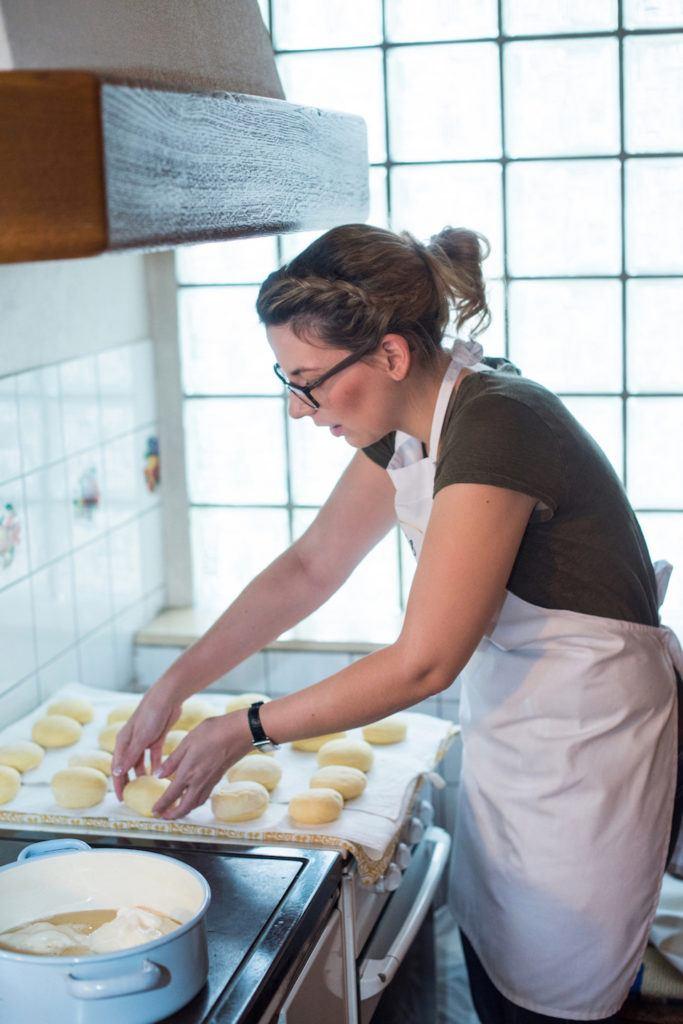 Verena Pelikan von Sweets & Lifestyle® beim Wenden der Krapfen Rohlinge