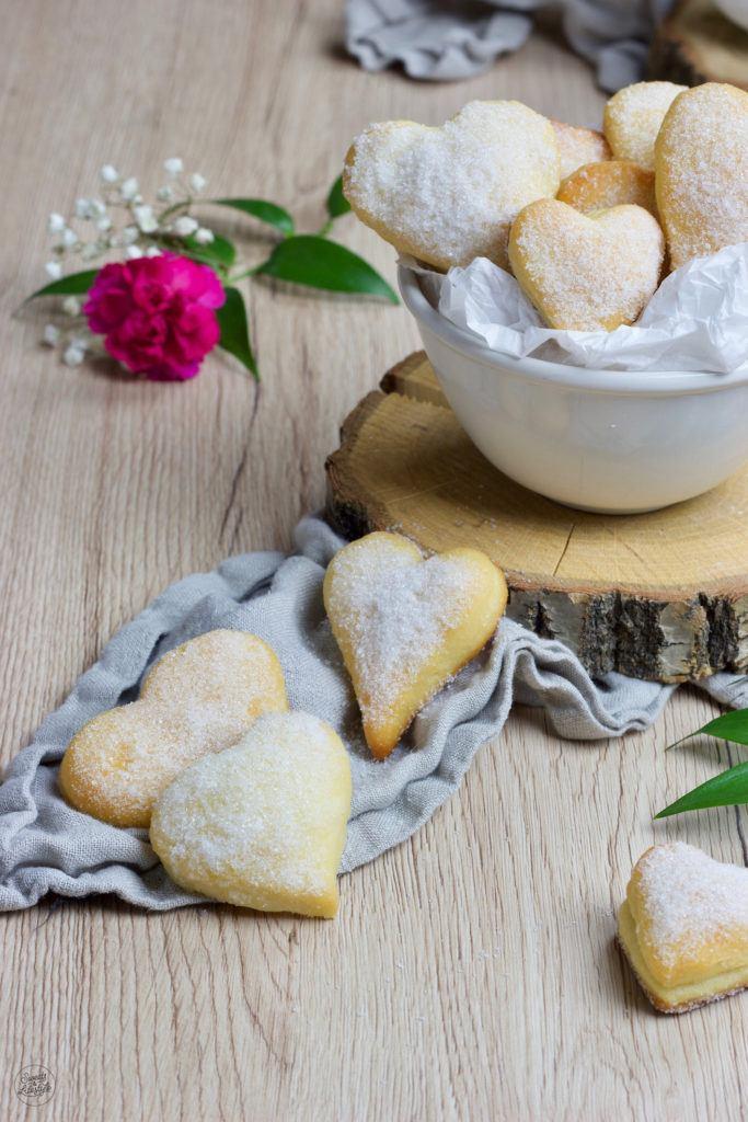 Mit Nougatstücken gefüllte Herzen aus Quark-Öl-Teig für den Valentinstag und Muttertag nach einem Rezept von Sweets & Lifestyle®