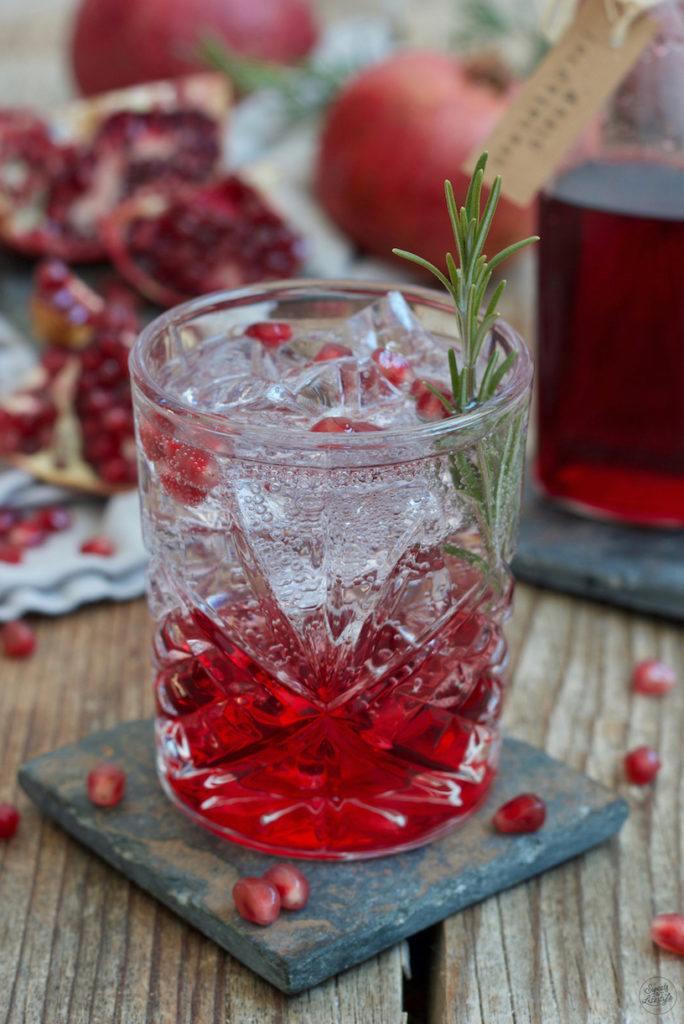 Granatapfel Gin Tonic mit Weinviertel Gin der Brennerei Kraus kreiert von Sweets & Lifestyle®