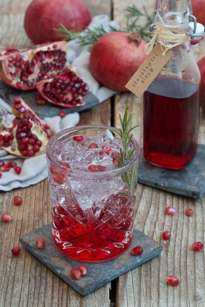 Granatapfel Gin Tonic mit selbst gemachtem Granatapfelsirup zubereitet nach einem Rezept von Sweets & Lifestyle®