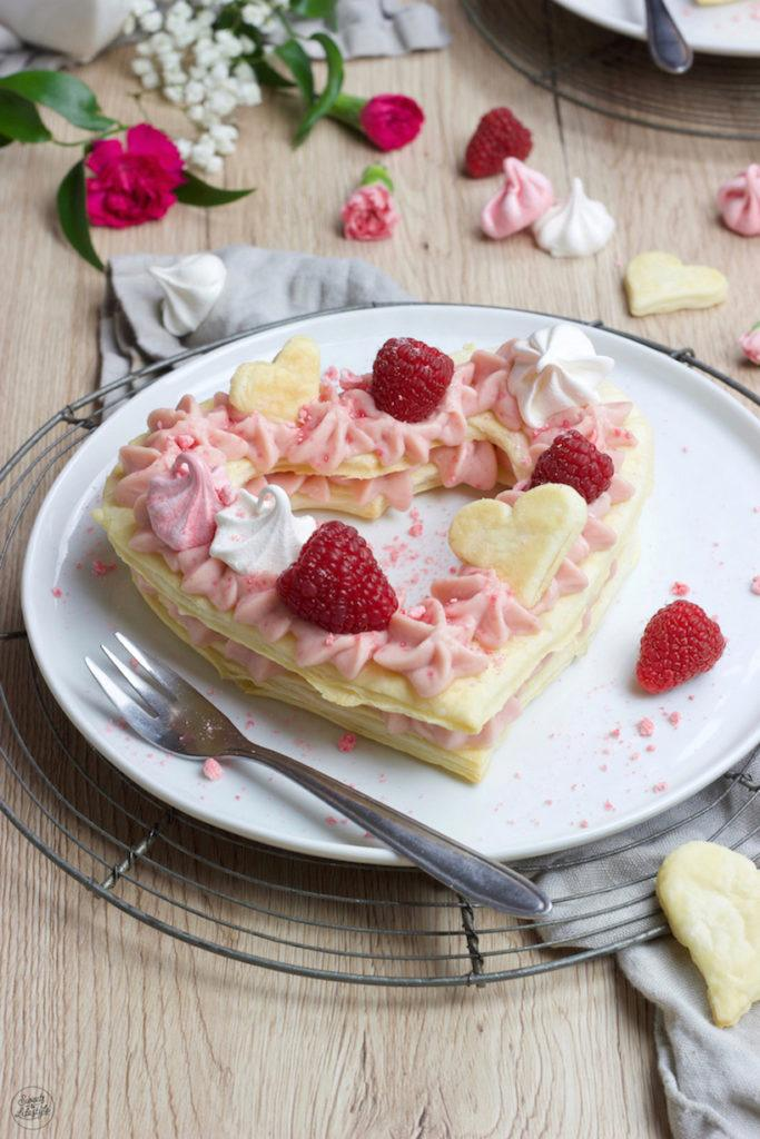 Herz Mille Feuille gefüllt mit Himbeercreme für den Valentinstag nach einem Rezept von Sweets & Lifestyle®