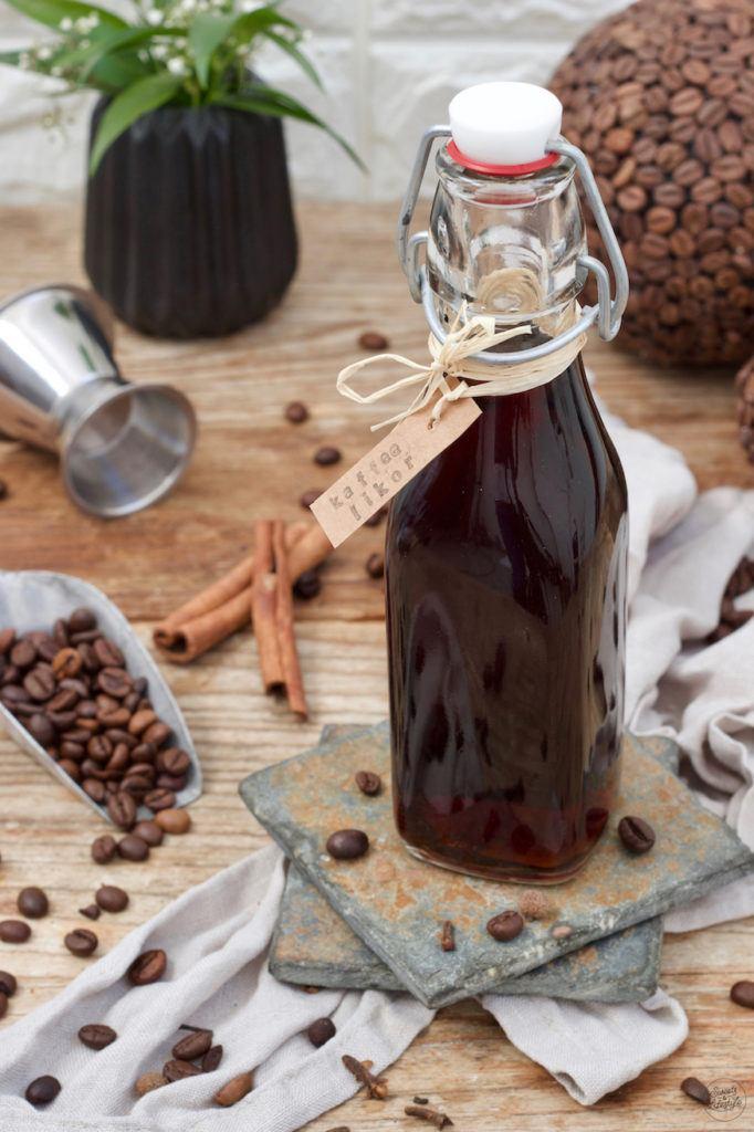 Kaffeelikör mit Kaffeebohnen nach einem Rezept von Sweets & Lifestyle®