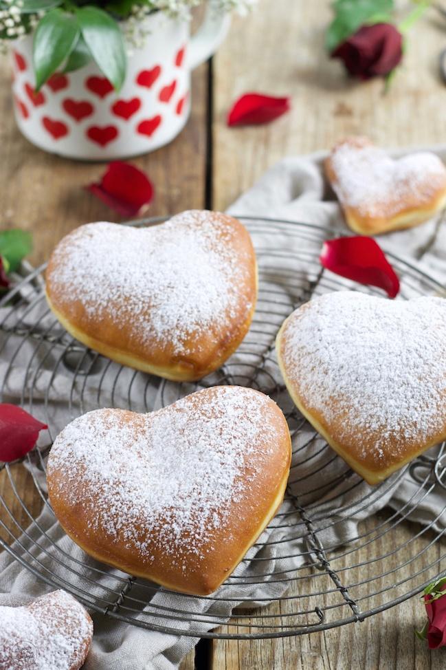 Leckere Krapfen in Herzform gefüllt mit Marmelade nach einem Rezept von Sweets & Lifestyle®