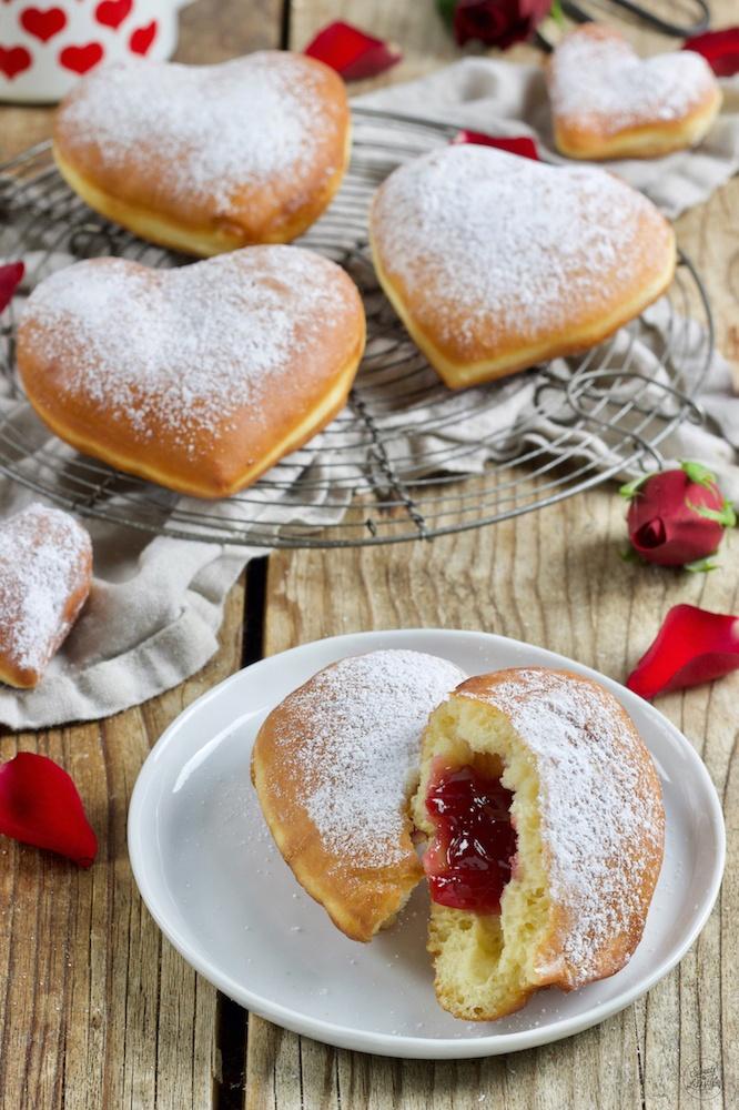 Leckere Krapfen in Herzform nach einem Rezept von Sweets & Lifestyle®