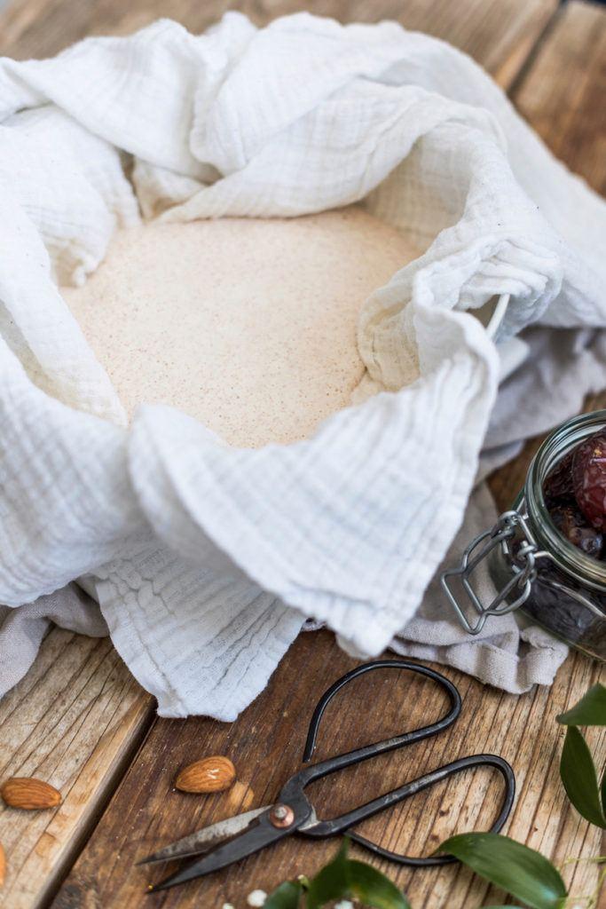 Selbst gemachte Mandelmilch von Sweets & Lifestyle® kurz vor dem Abseihen durch ein Baumwolltuch