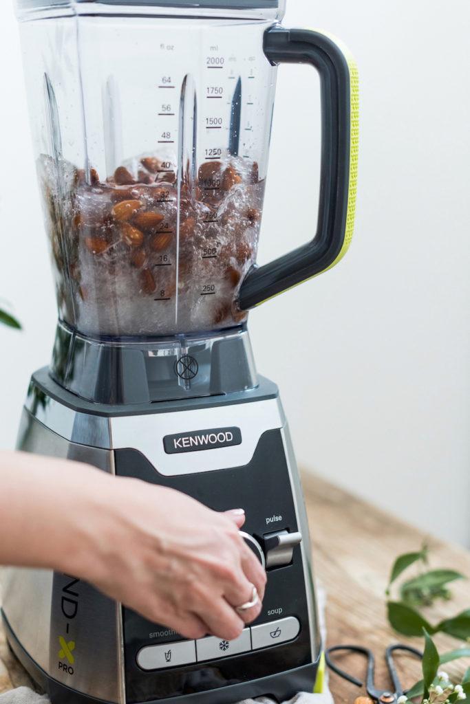 Verena von Sweets & Lifestyle® bei der Mandelmilchherstellung mit dem Kenwood Standmixer