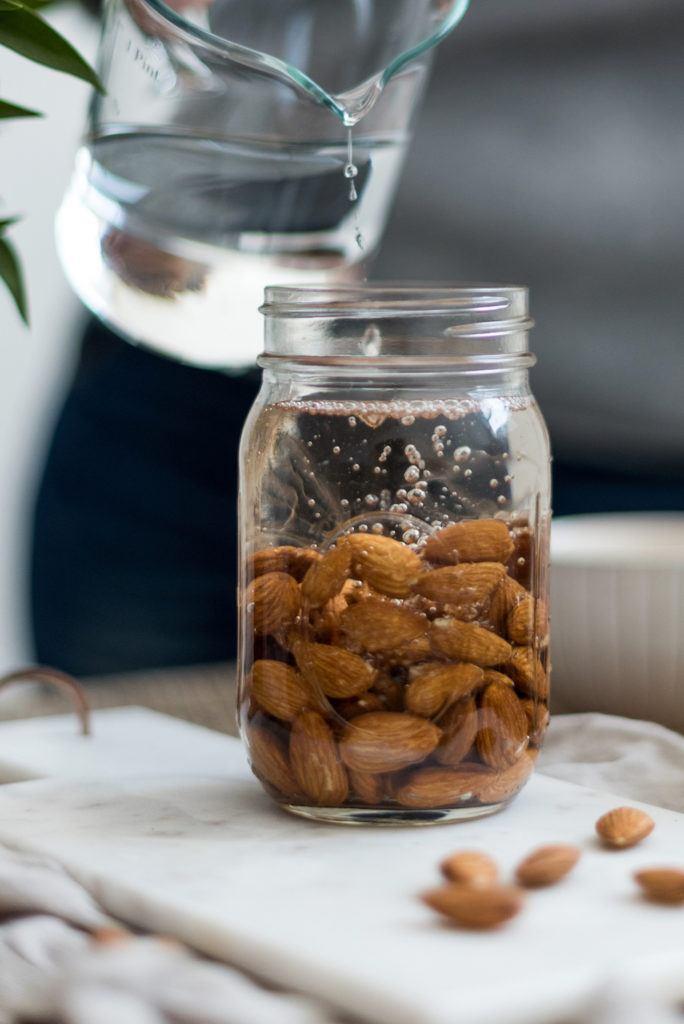 Mandeln werden von Verena von Sweets & Lifestyle® in Wasser eingeweicht