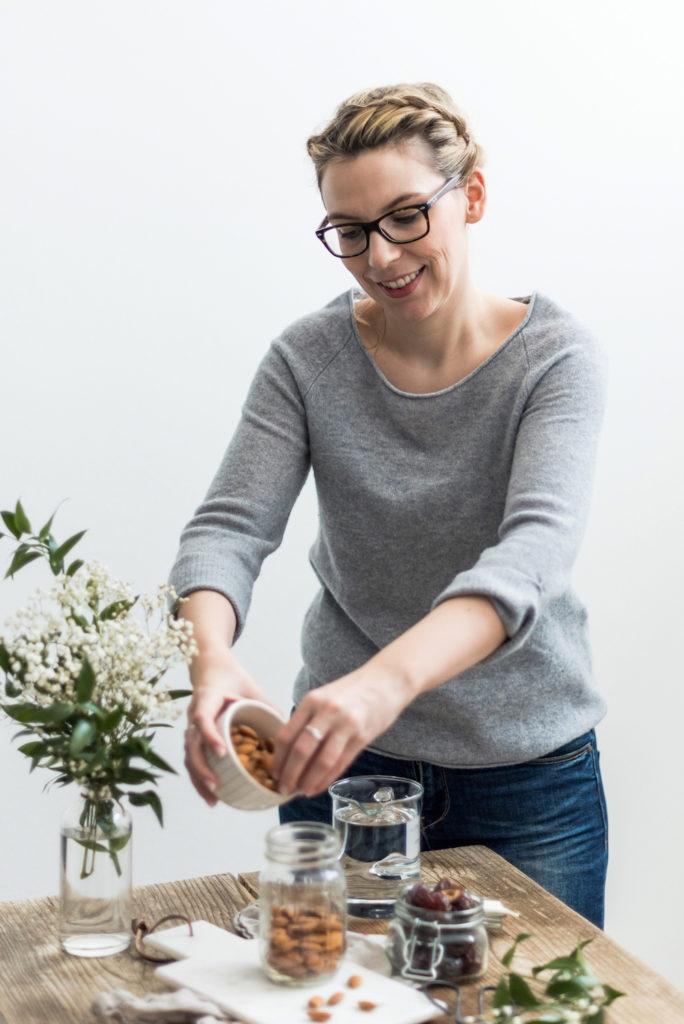 Mandeln werden von Verena von Sweets & Lifestyle® in ein Glas gegeben