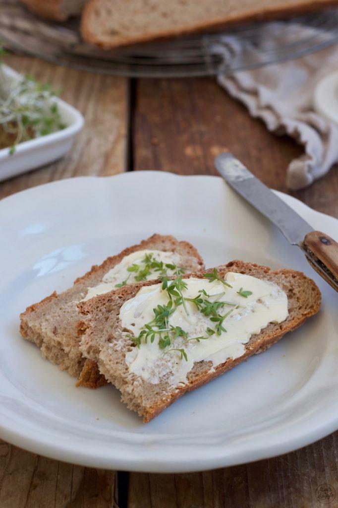 Selbst gemachtes Bauernbrot mit Butter und Kresse serviert von Sweets & Lifestyle®