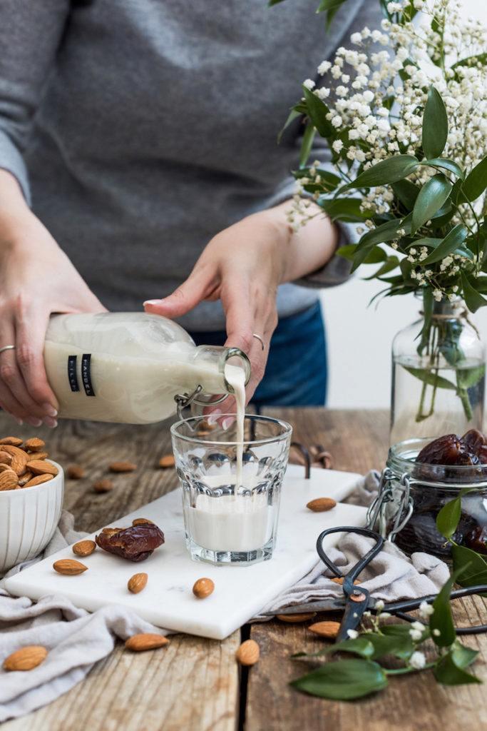 Verena von Sweets & Lifestyle® beim Einschenken ihrer selbst gemachten Mandelmilch