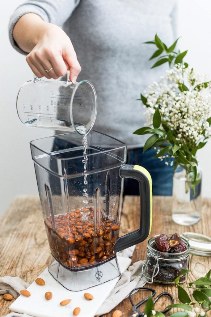 Verena von Sweets & Lifestyle® gibt frisches Wasser zu den eingeweichten Mandeln in den Kenwood Standmixer Blend-X Pro